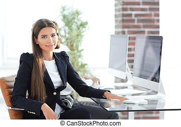 joven, mujer de negocios, sentar escritorio