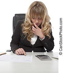 joven, mujer de negocios, verificar, un, informe