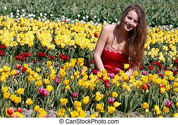 joven, mujer feliz, en, campo de tulipán