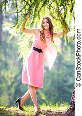 joven, mujer feliz, en, vestido rosa