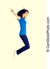 joven, mujer feliz, saltar aire