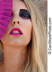 joven, mujer hermosa, con, smokey, ojos, y, labios rosa