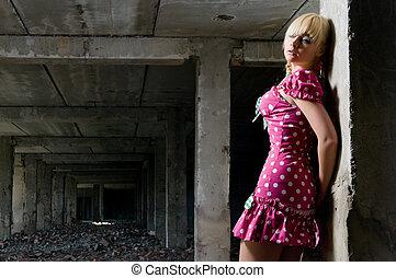 joven, mujer hermosa, en, el, ruinas