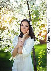 joven, mujer hermosa, en, florecer, jardín