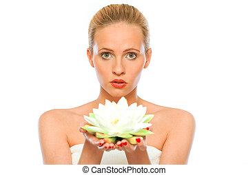 joven, mujer hermosa, tenencia, flor de loto, en, manos, aislado, blanco