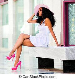 joven, mujer negra, llevando vestido, y, sombrero sol, afro,...