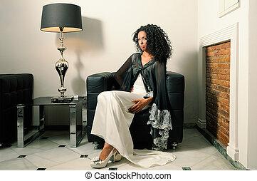 joven, mujer negra, modelo, de, moda, con, vestido partido