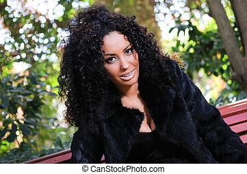 joven, mujer negra, modelo, de, moda, en, un, jardín