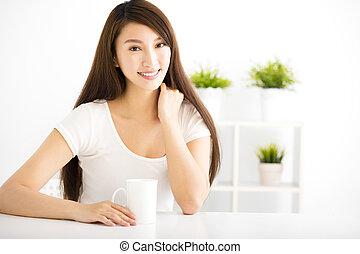 joven, mujer sonriente, en, sala