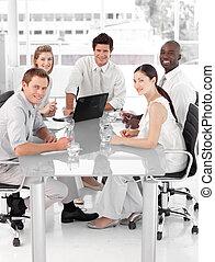 joven, multi, culutre, equipo negocio, en el trabajo