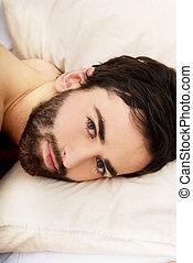 joven, muscular, hombre, acostado, en, bed.