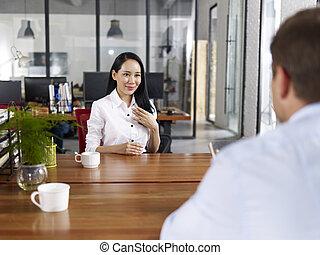 joven, negocio asiático, ejecutivo, ser, entrevistado con