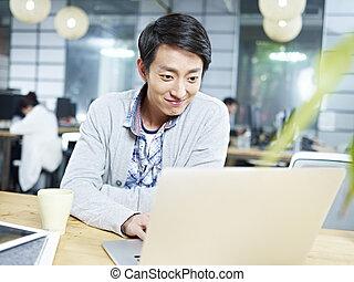 joven, negocio asiático, ejecutivo, trabajando, en, oficina