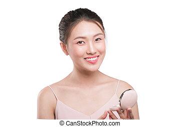 joven, niña asiática, hacer, maquillaje, ser aplicable, blusher, a, ella, mejilla