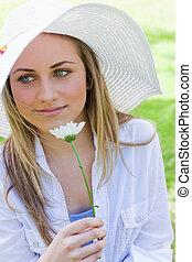 joven, pacífico, niña, tenencia, un, flor blanca, en, un, parque