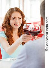 joven, par bueno, en, romántico, date., niño y niña, vidrio de bebida, de, vino rojo, en, restaurante