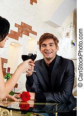 joven, par bueno, romántico, fecha, bebida, copa de vino tinto, en, restaurante