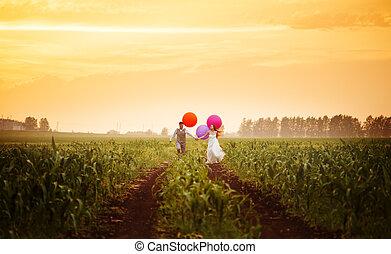 joven, par wedding, corriente, en, el, campo puesta sol