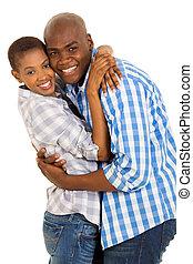 joven, pares americanos africanos, se abrazar