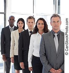 joven, positivo, equipo negocio, mirar cámara del juez