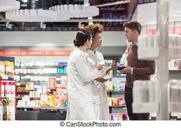 joven, preguntar, para, opinión, de, farmacéuticos, mirar, prescrib