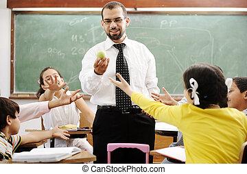 joven, profesor masculino, con, niños, en, moderno, escuela, actividades