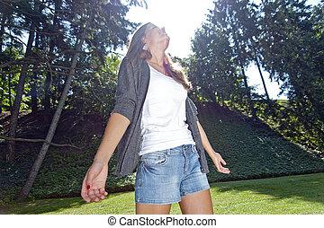 joven, reír, niña, en el parque