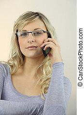 joven, rubio, mujer en el teléfono