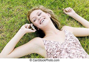 joven, rubio, mujer, en, teléfono celular