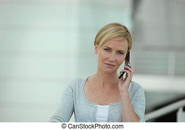 joven, rubio, mujer, por teléfono