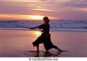 joven, samurai, mujeres, con, japonés, sword(katana), en, ocaso, en la playa