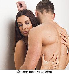 joven, sexy, pareja que se abraza