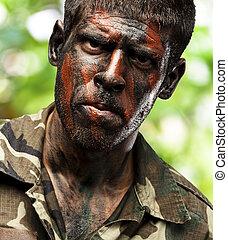 joven, soldado, con, camuflaje, pintura, mirar, muy, serio, encima, en, selva