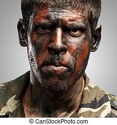 joven, soldado, con, camuflaje, pintura, mirar, muy, serio, encima, gris