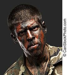 joven, soldado, con, camuflaje, pintura, mirar, muy, serio, encima, negro