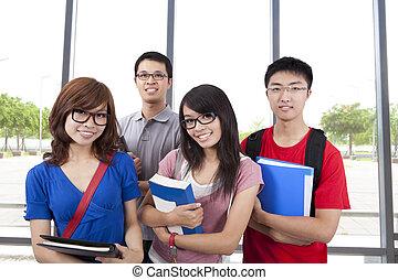 joven, sonriente, estudiantes, estante, en, el, aula