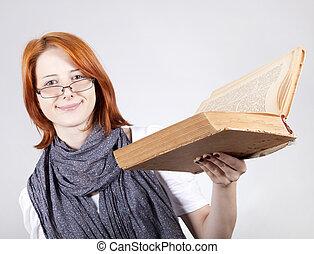 joven, sonriente, moda, niña, en, anteojos, con, viejo, libro