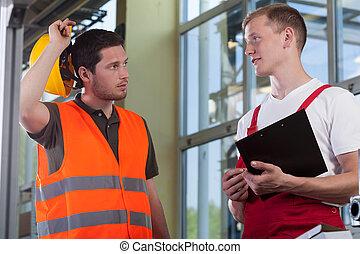 joven, trabajador, hablar, con, director