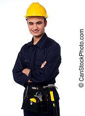 joven, trabajador, llevando, sombrero duro amarillo