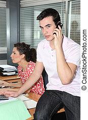 joven, trabajadores, en, oficina