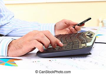 joven, trabajar en computadora, en, oficina