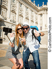 joven, turista, amigos, pareja, visitar, españa, en, vacaciones, estudiantes, intercambio, toma, selfie, imagen