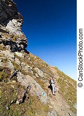 joven, turista, tomar las fotos, al aire libre, en, el, paisaje de montaña