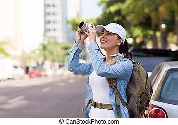 joven, turista, tomar las fotos, en, urbano, calle