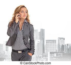 joven, y, atractivo, mujer de negocios, encima, ciudad, plano de fondo