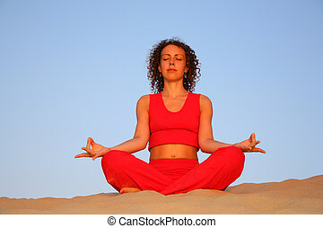 joven, yoga, mujer, en, arena