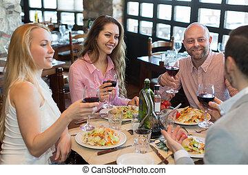 jovens, desfrutando, alimento, em, taverna