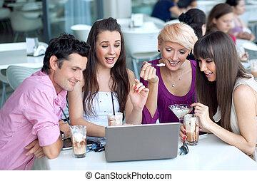 jovens, percorrendo, internet, em, um, restaurante
