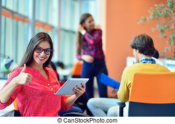 jovens, reunião, com, tablete digital, em, startup, escritório