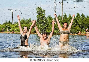 jovens, salto, e, respingo, ao redor, em, a, lago
